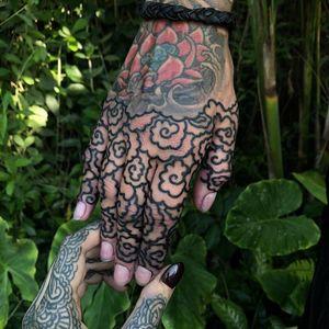 Tattoo by Helen Hitori #HelenHitori #fingertattoos #fingertattoo #finger #hand #ornamental #cloud #linework