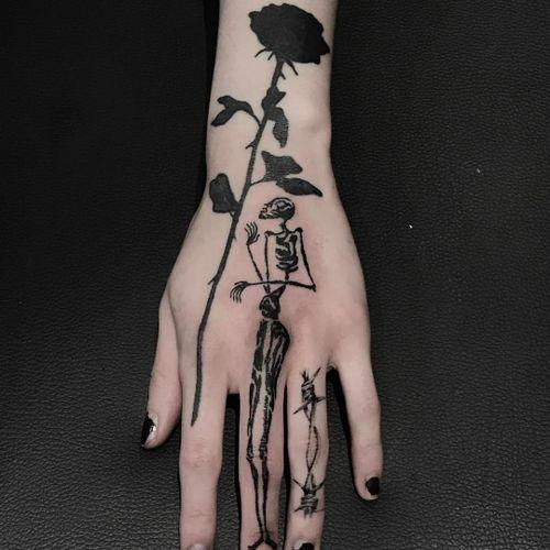 Flower by Johnny Gloom, skeleton by Servadio, wire by Sadboy #JohnnyGloom #Servadio #SadBoy #fingertattoos #fingertattoo #finger #hand #rose #skeleton #barbedwire #illustrative