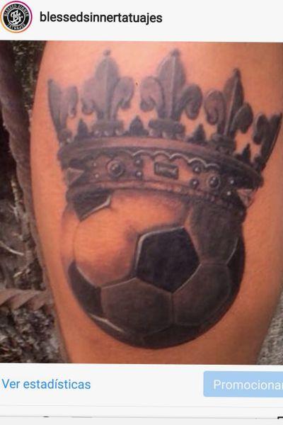 Un balón coronado estilo #GreyWash #BlackAndGrey #Realism #RealismTattoo #Ball #Football
