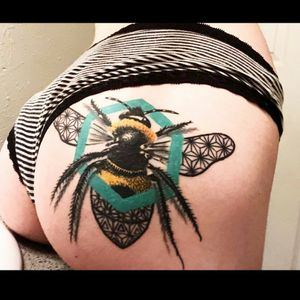 Here's a healed shot of this bee I did. Forgot to post. Enjoy 🐝. Sponsored by @peakneedles Also using @fusion_ink @empireinks @electrumstencilproducts @electrumsupply @hivecaps @inkjecta @tattoostencilapp #tattoo #tattoos #tattooartistmagazine #tattoooftheday #peakneedles #teampeak #peakproteam #fusionink #fusionfamily #supportgoodtattoos #electrumstencilprimer #hivecaps #inkjecta #thebesttattooartists #inkedmag #skinartmag #sullen #realistictattoo #realism #colorportrait #colorrealism #beetattoo #sacredgeometry #sacredgeometrytattoo