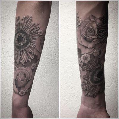 #photooftheday #sleeve #sleevetattoos #flowers #flowertattoo #sunflower #sunflowertattoo #rose #rosetattoo #realistictattoo #realism #blackandgrey #blackandgreytattoo #forearmtattoo #lespetitspointsdefanny #tattoolausanne