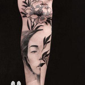 Tattoo by La Malafede #LaMalafede #splitfacetattoos #portrait #surreal #strange #face #blackandgrey #realistic #illustrative #flowers #floral