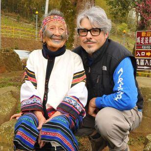 Lars with 102-year-old Atayal elder Iwan Kaynu Photo: © Lars Krutak 2017 #LarsKrutak #tattoohistory #tattooculture #tattooanthropologist