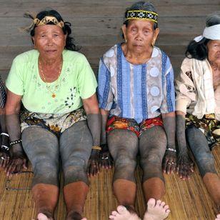 Four tattooed Kayan women of Long Murum, Sarawak. MALAYSIA. Photo: © Lars Krutak 2011. #LarsKrutak #tattoohistory #tattooculture #tattooanthropologist