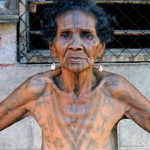 Hekoi Tau Babaga, a Motu elder of Tubuseria village. PAPUA NEW GUINEA. Photo: © Lars Krutak 2012. #LarsKrutak #tattoohistory #tattooculture #tattooanthropologist