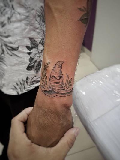 Chapéu Seletor e a Cabana do Hagrid, na segunda etapa do projeto do nosso amigo @_sousa_tattoo! 😍✍️🎩 Faça já seu orçamento! (62) 9 9326.8279 #tattoo #ink #blackwork #tattoolife #Tatuadouro #love #inkedgirls #Tatouage #eletricink #igtattoo #fineline #draw #tattooing #tattoo2me #tattooart #instatattoo #tatuajes #blackink #harrypotter #potterhead #harrypottertattoo #oldschool #flashtattoo #potterheadtattoo #hagrid