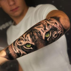 Tattoo by Orlando Pineda #OrlandoPineda #toptattoosof2018 #toptattoos #2018 #bestof2018 #tiger #snowtiger #realism #realistic #hyperrealism #nature #junglecat #cat #smoke