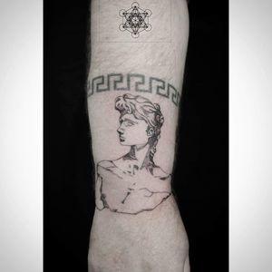 Antique tattoo #latelier140 #chalonsenchampagne #chalonsenchampagnetattoo #ink #inked #fineliner #fineline #tattoolife #tattooartist #praspberry #tatuaje #tattooed #tattooedboys #tattoo #amazingink #bodyart