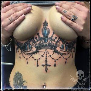 ein #underboobtattoo Morgen sind wir wieder ab 12 Uhr für Euch da...⠀⠀⠀⠀⠀ . für kurzentschlossene ist am 10.1 auch noch ein Termine frei ... . 📷@crazy.ink.tattoo.berlin . Infos wie immer 017627112764 auch WhatsApp...⠀⠀ . https://crazy-ink-tattoo.de . https://facebook.com/crazy.ink.tattoo.berlin . https://instagram.com/crazy.ink.tattoo.berlin . https://plus.google.com/+CrazyInkTattooBerlin . . . . #tattoo #tattoos #berlin #tattooberlin #berlintattoo #tattoomoabit #crazyink #crazyinkberlin #crazyinktattoo #crazyinktattooberlin #musictattoos #tattoist #bodyart #amazingink #berlintattooartist #berlintattooartists #classpen #worldfamousink #kwadron #tattooart #crowntattoo #tattooideas #tattooideasforgirls #ornamentaltattoo #underboob #underboobs #underboobstattoo #blackngrey #blackandgreytattoos