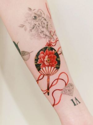 A round peony fan in an empty space done in Toronto, Canada. #tattoo #Korea #tattooart #koreatattoo #koreatattooist #flowertattoo #illustration #birthflowertattoo #tattooistartmag #hongdae #flowers #coloredtattoo #watercolortattoo #hongdaetattoo #norigae #tattooistsion