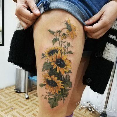 Girasoles en muslo #sunflower #colortattoo #GirassolTattoo