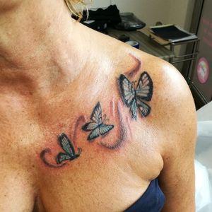 Marie... Mon premier tatouage réalisé entièrement !! Merci !  #papillons #butterflytattoo #tattoo #tattoofeminina #tatouagefemme #chesttattoo #3enfants #tatoueuse #elitetattoosupplies #eternalink #balmtattoo #dragonsbloodbutter