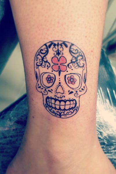 Mon tout premier calaveras !!! Pour une cliente trop cool 😆 Hâte de voir comment ça va cicatriser !! #calaveratattoo #calavera #calaveras #calaveramexicana #diadelosmuertos #diadelosmuertostattoo #cranemexicain #tatuadoresmexicanos #catrina #catrinatattoo #tattoo #tattooflash #tattoosketch #tattooidea #tattooapprentice #tattooapprenticeship #inkedgirls #inked #inkedgirl #ipadproart #drawing #draw #mydrawing #mesdessins #dessindujour #copic #micron #sketchbook #paristattoo #tattoofrance