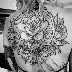 Backpeice for Tessa #linework #blackwork #blackink #blacklinesmatter #ornamental #ornamentaltattoo #boldwillhold #fourarrows #lines #flowertattoo
