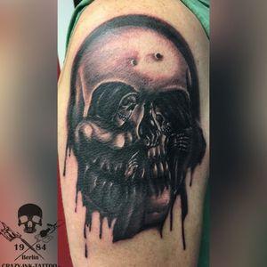 ein #skulltattoo mit #opticalillusion . noch kurzfristig Termine frei ... . 📷@crazy.ink.tattoo.berlin . Infos wie immer 017627112764 auch Whatsapp. . https://crazy-ink-tattoo.de . https://facebook.com/crazy.ink.tattoo.berlin . https://instagram.com/crazy.ink.tattoo.berlin . https://plus.google.com/+CrazyInkTattooBerlin . . . . #tattoo #tattoos #berlin #tattooberlin #berlintattoo #tattoomoabit #crazyink #crazyinkberlin #crazyinktattoo #crazyinktattooberlin #realistictattoo #tattoist #bodyart  #berlintattooartist #berlintattooartists #classpen #wechselbild #tattooart #tattooideas #blackngrey #blackandgreytattoos #illusiontattoo #opticalillusiontattoo #berlintattooer #tattoomoabit #realistiktattoo #realismtattoo #tattooshopberlin