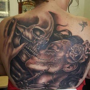 #skulltattoo #kiss #dayofthedeadgirl #dayofthedeadtattoo #rose #hand #blackandgreytattoo #backpiece