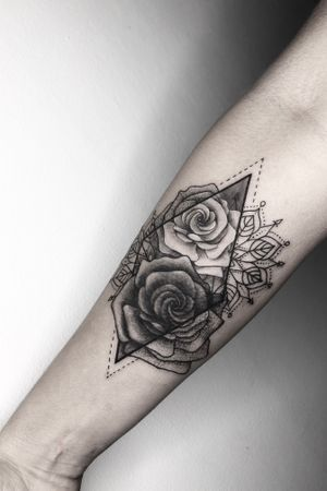 The client wanted 2 roses with geometric shapes combined with mandala