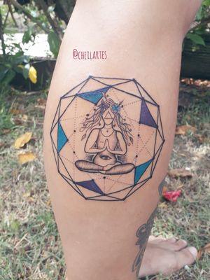 A geometria sagrada em volta de um feminino que se resgata dentro dele mesmo. #tatuadoresdobrasil #tatuagemfeminina #geometriatattoo #geometriasagrada #tracosfinos #fineline #cheilartes #tatuadorasbrasileiras #tatuadoradobrasil