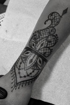 #ornamentaltattoo #linework #wristtattoo