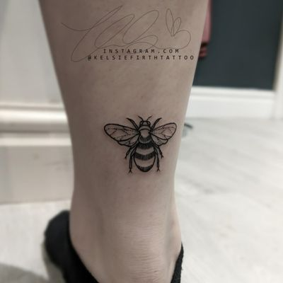 Sweet lil' achilles bee! 🖤 #smalltattoo #illustrativetattoo #linework #lineworktattoo #bee #bumblebee #beetattoo #calftattoo #ankletattoo #achilles #achillestattoo #girlytattoo #minimalist #minimalisttattoo #delicatetattoo #blackwork #btattooing #girlswithtattos #girlswhotattoo #ladytattooer