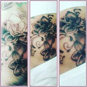 #Blumen #ranke #tattoo #blackandgrey #tattoomaster #inkmaster #inkedgirls #tattoodo #tattoodoambassasor #artist#inkedwoman #mann #tattooedman #instatattoo #blackandgrey#instatattoo #blackandgrey#instatattoo #instagood ich habe#knie #zuppablack #follow