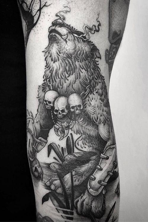 • Details of this hombre lobo • #werewolf #skulls #skullnecklace #taniamaia #tatuagem