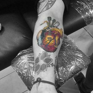 Heart. #hearttattoo #musictattoo #instrument #fullcolor #contemporarytattoos #colortattoo #girltattooartist #roxxaiin
