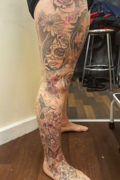 #tattoo #tattoos #tattooist #tattooartist #womenwithtattoos #womenwithink #tattooed #tattooedwomen #inked #inkedwomen #diadelosmuertos #diadelosmuertostattoo #woman #womanportrait #womantattoo #blackandgreytattoo #blackandgray #blackandgrey #flowers #hummingbirdtattoo #rosetattoo