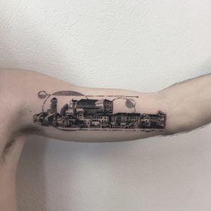 #photooftheday #tattoo #tatouage #ortasangiulio #ortasangiuliotattoo #ville #villetattoo #city #citytattoo #dot #dots #dotwork #dotworktattoo #petitspoints #stipple #stippletattoo #geometric #geometrictattoo #mentattoo #lespetitspointsdefanny #tattoolausanne #lausanne