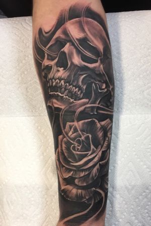 Black and gray Rose and skull