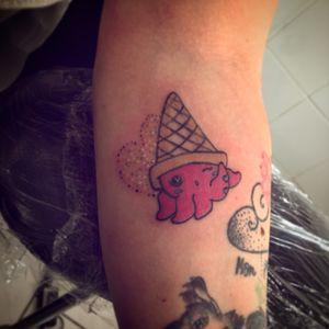 Et voilà mon TOUT premier tatouage terminé aujourd'hui même avec ma première «grosse» séance de couleurs ☺️ c'était à la base un tattoo effectué sur une orange 🤣 #cutetattoos #cutetattoo #cutetattoosforgirls #cutetattooideas #tattoocute #kawaiitattoo #kawaiitattoos #octopustattoo #lovelytattoo #pinktattoo #tattoo #tattooflash #tattoosketch #tattooidea #tattooapprentice #tattooapprenticeship #inkedgirls #inked #inkedgirl #ipadproart #drawing #draw #mydrawing #mesdessins #dessindujour #copic #micron #sketchbook #paristattoo #tattoofrance