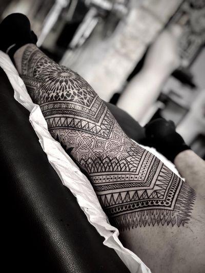 Work in progress ! #noksi #noksitattoo #sacredgeometrytattoo #geometrictattoo #patterntattoo #blackwork #dotwork #dotworktattoo #ornamental #blackworktattoo #ornamentaltattoo #bordeauxtattoo