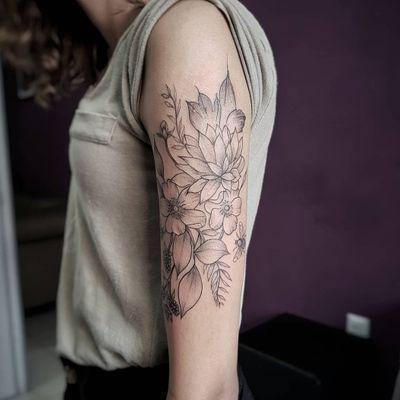 Flores da Stephanie! 😍✍️🌷🌼🍃🌻 Faça já seu orçamento! (62) 9 9326.8279 #tattoo #ink #blackwork #tattoolife #Tatuadouro #love #inkedgirls #Tatouage #eletricink #igtattoo #fineline #draw #tattooing #tattoo2me #tattooart #instatattoo #tatuajes #blackink #floral #tatuagemdelicada #tatuagemfeminina #flowerstattoo #traçosfinos #womantattoo #rosestattoo #bee #beetattoo #naturetakesover
