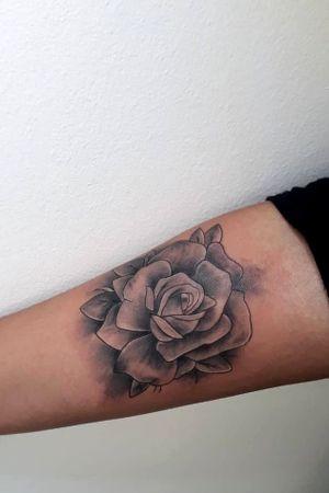 Rose Black Gray . . #tattoodo #tattoo #tattoo2me #intenze #ink #tattooartist #tattooart #tattooartistmagazine