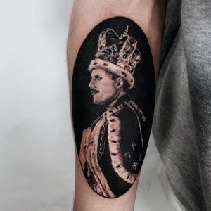 Tattoo by Saevom Tattoo #Saevomtattoo #queentattoos #queen #freddymercurytattoo #freddymercury #bohemianrhapsody #rockandroll #musictattoo #realistic #blackandgrey