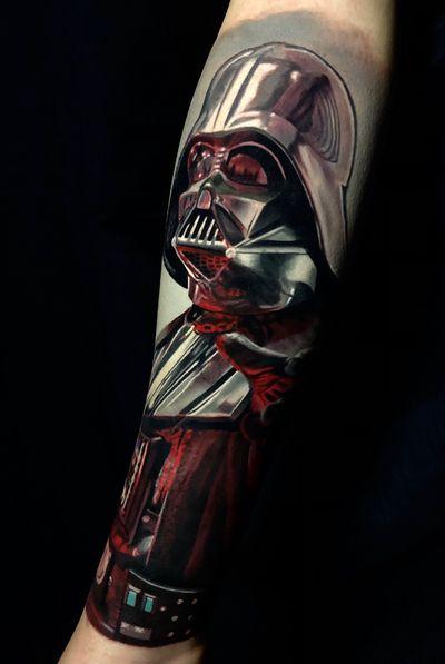 Darth Vader finalizado ontem, 19h de trabalho em 2 dias seguidos. Esse trampo é uma cobertura, trabalhos de coverup não são minha especialidade, mas resolvi pegar esse, fluiu e deu certo. Arraste para o lado para ver como era antes! Feito usando @tattooloverscare e @intenzetattooink #darthvader #lordvader #starwars #tattoo #ink #sullenclothing #intenzepride #cheyennetattooequipment #cheyenne_tattooequipment