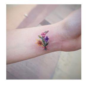 Bouquete...#flowers #flowerstattoo #minitattoo #tattoostyle #tattooartist #inked #ink