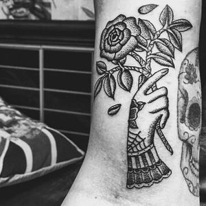 Hand and flowers on the upper arm, made entirely from dots!