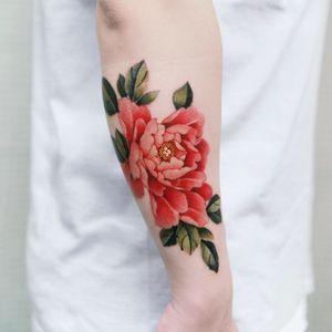 Detailed shot of the peony. #tattoo #Korea #tattooart #koreatattoo #koreatattooist #flowertattoo #illustration #birthflowertattoo #tattooistartmag #hongdae #flowers #coloredtattoo #watercolortattoo #hongdaetattoo #norigae #tattooistsion
