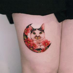 Client's cat in a moon with cosmos done in Hong Kong. #tattoo #Korea #tattooart #koreatattoo #koreatattooist #flowertattoo #illustration #birthflowertattoo #tattooistartmag #hongdae #flowers #coloredtattoo #watercolortattoo #hongdaetattoo #norigae #tattooistsion