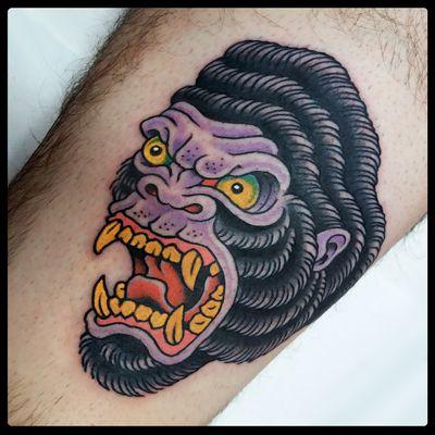 Gorilla tattoo #gorilla #gorillatattoo #traditional #traditionaltattoo #classictattoos #oldschool #colortattoo #tattoodo #tattooartist #romatattoo #tattooroma #bright #bold #oldschooltattoo