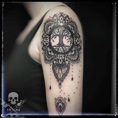 schönen Wochenstart... ein #mandalatattoo mit  #treeoflife⠀⠀⠀⠀ . für kurzentschlossene Anfang März sind noch Termine frei... . 📷@craty.ink.tattoo.berlin . Infos wie immer 017627112764 auch WhatsApp...⠀⠀ . https://crazy-ink-tattoo.de . https://facebook.com/crazy.ink.tattoo.berlin . https://instagram.com/crazy.ink.tattoo.berlin . https://plus.google.com/+CrazyInkTattooBerlin . . . . #tattoo #tattoos #tattooberlin #berlintattoo #tattoomoabit #crazyink #crazyinkberlin #crazyinktattoo #crazyinktattooberlin #tattoist #bodyart #amazingink  #berlintattooartist #berlintattooartists #tattooart #tattooideas #tattooideasforgirls #ornamentaltattoo #blackngrey #blackandgreytattoos #mandala  #tattoomandala #treeoflifetattoo #tattooer #tattooshopberlin #berlintattooers #inkedberlin #berlintattoostudios