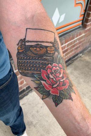 Type writer healed #tattoo #typewriter #typewritertattoo #traditional #traditionaltattoo #traditionalrose #neotraditional #neotraditionaltattoos #neotraditionalrose #healed #healedtattoo