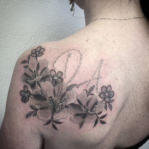 #photooftheday #tattoo #tatouage #flowers #flowertattoo #fleurs #fleurtattoo #lettertattoo #fairydust #fairydusttattoo #poussieredetoile #dot #dots #dotwork #dotworktattoo #dottattoo #stipple #stippletattoo #petitspoints #girltattoo #lausanne #tattoolausanne #lausannetattoo #lespetitspointsdefanny