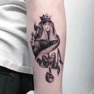 Thomas Bennington aka Bad Luck Veteran  #ThomasBennington #BadLuckVeteran #illustrative #blackandgrey #sketch  #surrealism #surreal #minimal #traditional #Chicano #graphite #queen #skeleton #death #flower