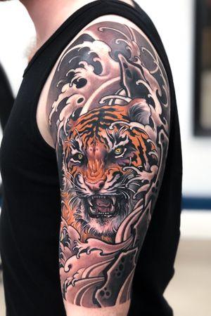 Tiger, rocks and waves💪🏻 #tattoodo #inkjecta #wearesorrymom #killerinktattoo #tiger #irezumi #japanesetattoo