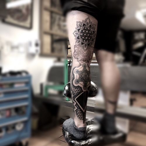 Got some more in on @willevillevide 🙌🏼 ••••••••••••¥••••••••••••••• #thightattoo #tattoo #københavn #electrumstencilprimer #tattoos #tattoo #mandala #blackwork #fineline #dotwork #geometric #luckyironstattoo #tattoodo #ztattoo