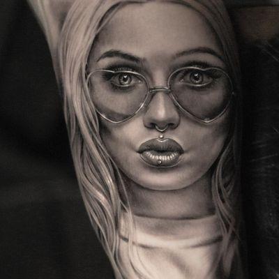 Tattoo by Coreh Lopez #CorehLopez #blackandgreyrealism #blackandgrey #realism #realistic #hyperrealism #lady #ladyhead #heart #babe #portrait #kiss #love #beauty #lips