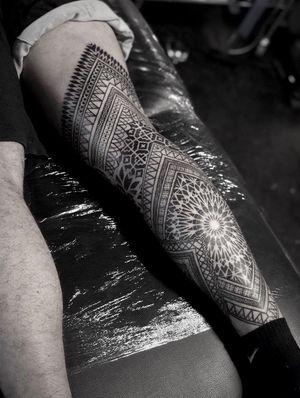 Work in progress sur la leg de @julox33 !! Toujours un plaisir mon pote !! ❤️ #noksi #noksitattoo #ornament #ornamentaltattoo #linework #lineworktattoo #bordeauxmaville #bordeauxtattoo #tattoobordeaux #legtattoo #fulllegtattoo