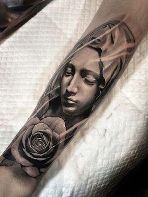 Virgin mary. #healedtattoo #koreatattoo #tattoodo #blackandgrey #rose